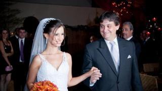 A médica Bianca Machado Cotta vestida de noiva, de mãos dadas com o pai Renato Machado Cotta. Ela foi uma das vítimas do acidente do voo 447 da Air France, no dia 1º de junho de 2009