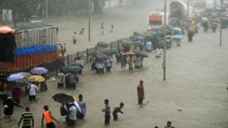 मुंबई में मंगलवार को भारी बारिश के दौरान जलभराव से बेहाल रही जनता