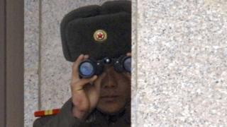 Soldado norcoreano observa el Sur a través de la zona desmilitarizada