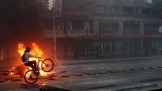 تظاهرات شیلی به دنبال افزایش قیمت بلیط مترو در سانتیاگو آغاز شد