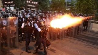 Un policía en Hong Kong lanza gas lacrimógeno