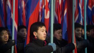 手持朝鮮旗幟的男子