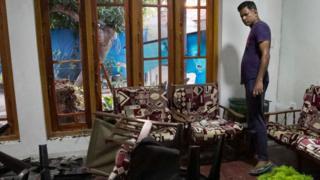 இலங்கையில் ஈஸ்டர் தின தொடர் குண்டுதாக்குதலை தொடர்ந்து முஸ்லிம்களுக்கு எதிராக பல இடங்களில் வன்முறை வெடித்துள்ளது