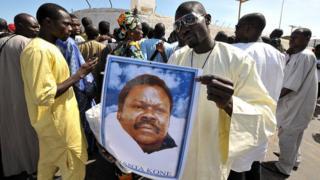 Un portrait de Cheikh Bethio Thioune tenu par un de ses disciples lors d'un rassemblement tenu en octobre 2012 à Dakar en vue de sa libération.