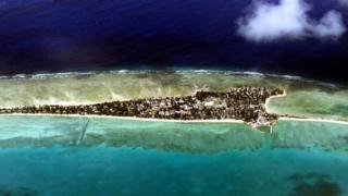Кірібаті - це острівна держава, розташована на островах та атолах в центральній та західній частині Тихого океану