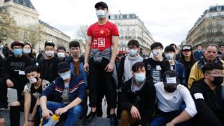 巴黎悼念劉少堯集會現場附近一群年輕示威者與防暴警察遠距離對峙(2/4/2017)