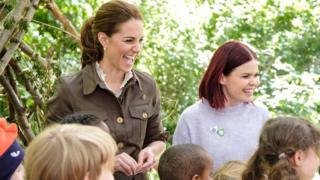 Duchess-of-Cambridge-with-children-and-Blue-Peter-presenter-Lindsey.