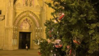 Украшена јелка испред Загребачке катедрале