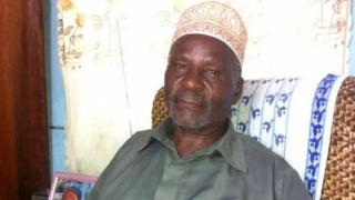 Umutama Athuman Bakari arondera uwo bubakana, afise imyaka 75
