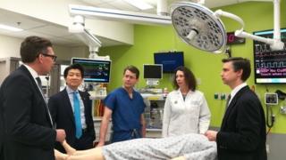 Dr Andrew Lee oo ah qofka labaad marka bidix laga tiriyo iyo kooxdiisa jaamacadda Johns Hopkins University