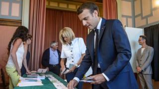 Emmanuel Macron oy kullanırken