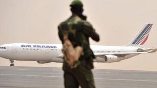 Indege ya Air France, nkino, niyo yabasubije mu Bufaransa bamaze umwanya bashitse Bamako