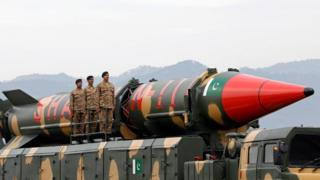 عسكريون باكستانيون بجانب صاروخ في استعراض