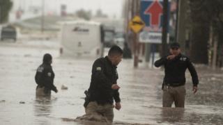 26 जुलै 2020 रोजी मेक्सिकोच्या उत्तरेकडील कोह्युइला राज्यातील सल्टिल्लो शहरावर परिणाम झालेल्या मुसळधार पावसामुळे पोलिस अधिकारी गंभीर पूरात सापडले.
