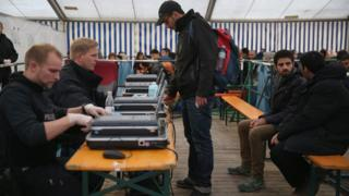 ドイツ南部パッサウ市の駅に設けられた施設で難民希望者の登録作業を行う警察(先月17日)