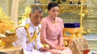 Le roi de Thaïlande a épousé la cheffe adjointe en charge de son service de sécurité et lui a donné le titre de reine.
