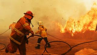 Australian firefighters tackle bushfires