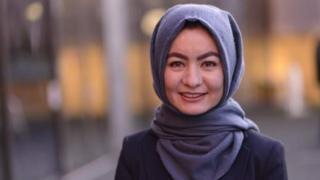 م تكن حميدة حسيني قد ذهبت إلى المدرسة إلى الإطلاق حتى قدومها إلى بريطانيا ولم تكن تتحدث الانجليزية