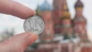 Рубль на фоне Кремля