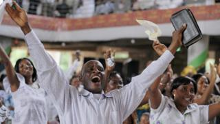 Abariko barasenga mw'isengero rya Pure Fire Miracle Church rya Achimota, i Accra muri Ghana itariki 04/01/2009