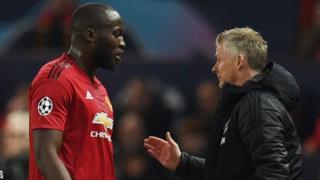 Rutahizamu Romelu Lukaku (ibumoso) n'umutoza Ole Gunnar Solskjaer: Manchester United yananiwe kugira umupira itera mu izamu rya Barcelona mu mukino ubanza wa Champions League