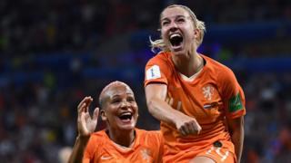Jackie Groenen, de Holanda, celebra su gol ante Suecia