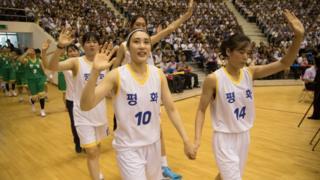 지난해 7월 평양에서 열린 남북통일농구경기에서 남북 선수들이 손을 잡고 공동 입장하고 있다