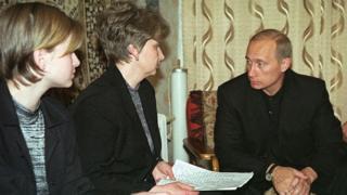Putin Kursk komutanının ailesiyle görüşürken. Rusya liderinin bu felaket karşısındaki tutumu sert bir şekilde eleştirilmişti