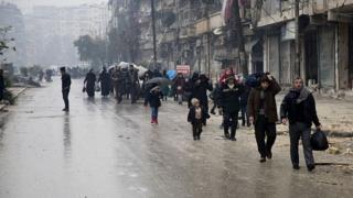 Люди покидают восточный Алеппо