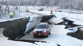 Una vía en Anchorage que se rompió y se le abrieron grietas tras el terremoto.