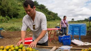 西拉帕差的農田在拯救行動中,被抽出的水淹浸,他現在改向到訪的遊客賣橙子維生。