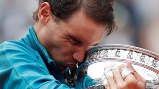 Nadal abraza la copa de Roland Garros.
