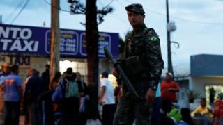 Um soldado trabalha no controle do fluxo de imigrantes em Roraima