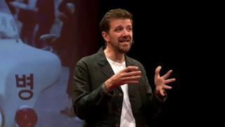 Alex Beard dandop una charla
