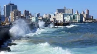 Surf at the Malecon, district Vedado