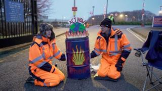 Climate trade: Extinction Riot blocks Shell's Aberdeen HQ thumbnail