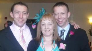 Craig (chwith) and Dan (dde) Maddocks gyda'u mam