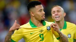 Gabriel Jesús celebra el segundo gol de Brasil.