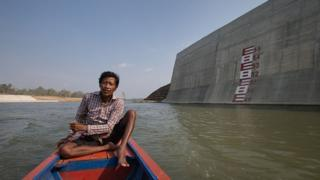 Một người dân Campuchia đến chỗ từng nhà của ông trước nó bị phá hủy để xây dựng Đập thủy điện Sedan 2 ở Campuchia