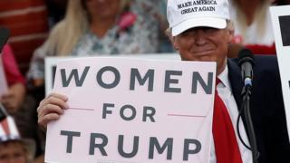"""Трамп с плакатом """"Женщины за Трампа"""""""