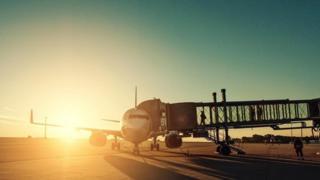Un avión en el terminal aéreo