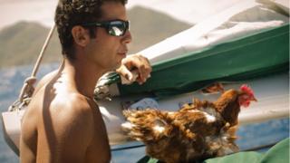 Francês Guirec Soudée e galinha Monique estão singrando os mares dos quatro cantos do globo.