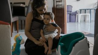 A nutricionista Michelle Costa segura o filho Guilherme, no colo. O menino tem 1 e 4 meses e foi diagnosticado em abril deste ano com Atrofia Muscular Espinhal (AME), uma doença rara e degenerativa que afeta entre 7 e 10 bebês a cada 100 mil nascidos vivos.