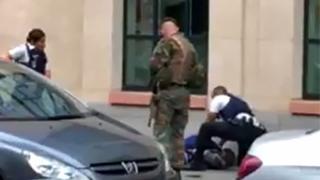 مهاجم با قمه به سربازان حمله ور شده است