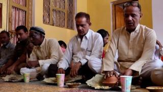 బాబ్రీ మసీదు తరఫు న్యాయవాది ఇక్బాల్ అన్సారీ, రామ జన్మభూమి పూజారి సత్యేంద్ర దాస్లు కలిసి వేడుకల్లో భోజనం చేశారు