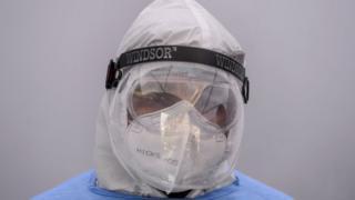 رجل يرتدي معدات الوقاية الشخصية