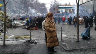 Пожилой мужчина среди баррикад на Грушевского