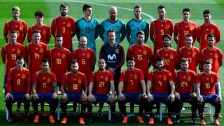 "Spain""s coach Julen Lopetegui (C) poses with Spain""s national football players wearing theit new jerseys at the ""Ciudad del Futbol"" in Las Rozas, near Madrid on November 8, 2017 ahead of their World Cup 2018 friendly football match against Costa Rica"