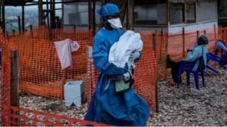Mu ntango z'uku kwezi, uyu muganga yarajanye umwana w'imisi ine mu kigo bavuriramwo Ebola.