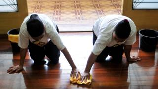 Mujeres filipipnas limpiando pisos